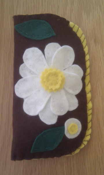 Daisy eyeglass case made of felt
